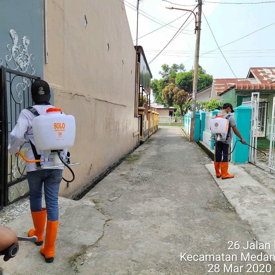 Desinfektan mengililingi rumah warga di Kecamatan Medan Marelan